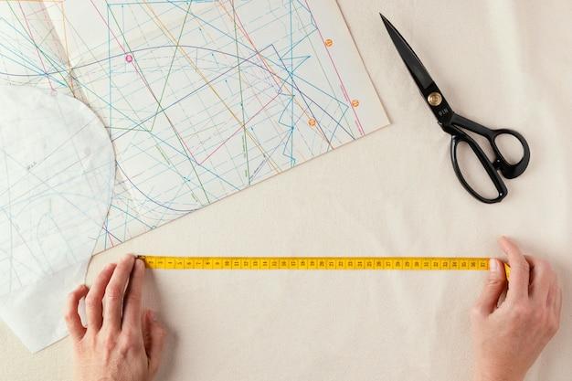 Gros plan sur mesure à l'aide d'un ruban à mesurer