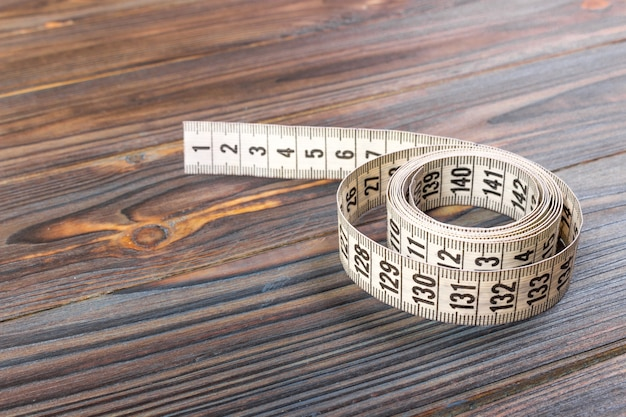 Gros plan sur mesure ruban à mesurer sur bois