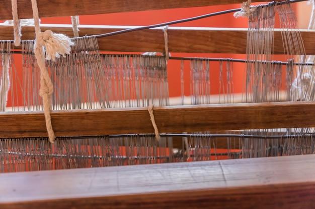 Gros plan d'un métier à tisser arabe pour le tissage de tapis dans la chambre