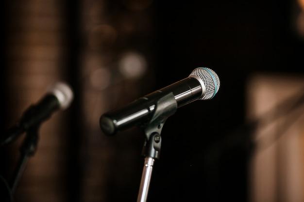 Gros plan d'un microphone dans une salle de concert ou de conférence