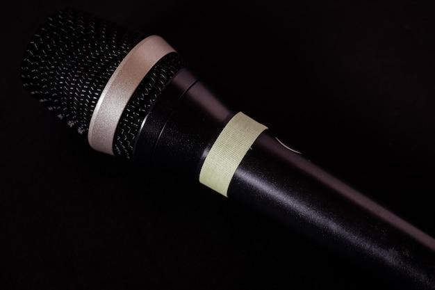 Gros plan d'un microphone sur fond noir