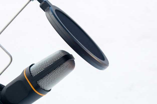 Gros plan d'un microphone noir et gris capturé sur fond blanc