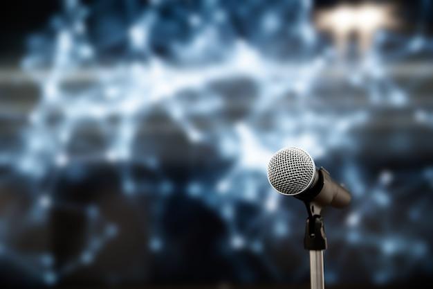 Gros Plan Sur Le Microphone Sur Pied Avec Arrière-plan Flou. Photo Premium