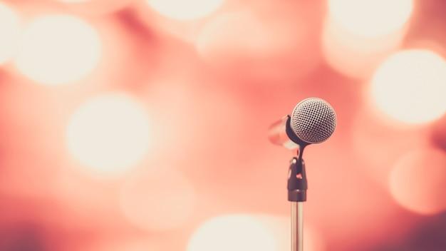 Gros plan sur le microphone sur pied avec arrière-plan flou.