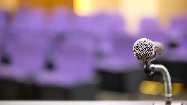 Gros plan sur le microphone sur pied.