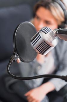Gros plan d'un microphone pour une entrevue