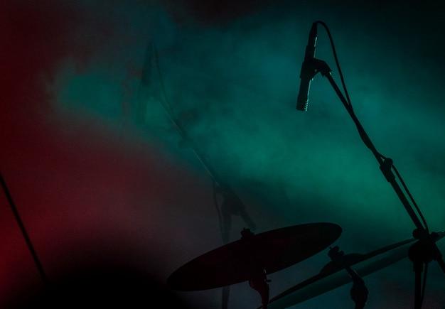Gros plan d'un microphone près du tambour avec de la fumée