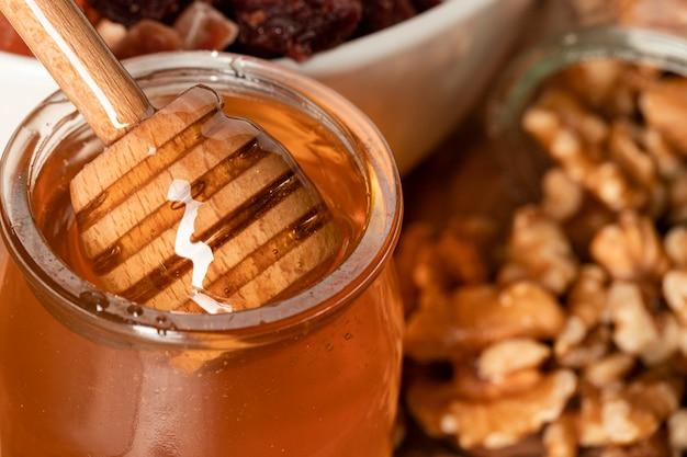 Gros plan de miel aux noix