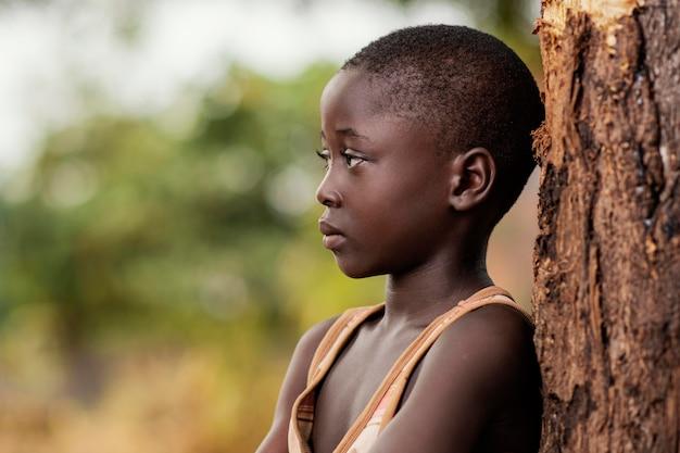 Gros plan mignon enfant africain à l'extérieur
