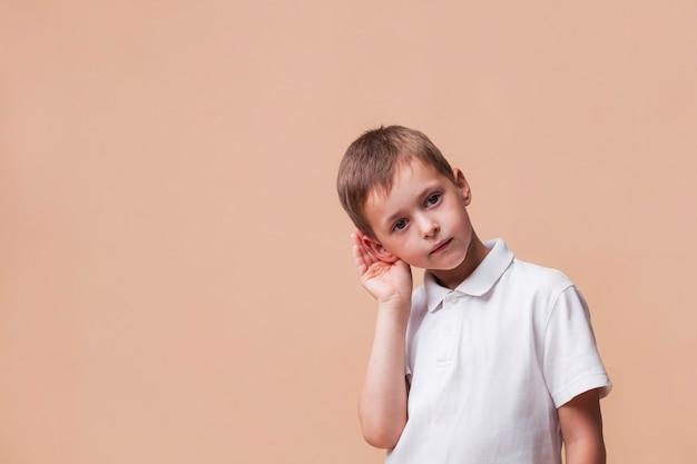 Gros plan, de, mignon, garçon, écoute, quelque chose