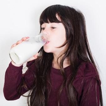 Gros plan, mignon, girl, boire, lait, bouteille
