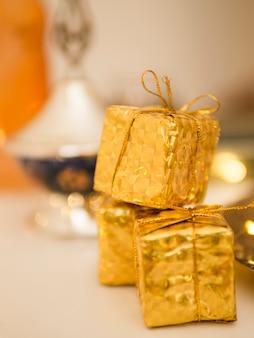 Gros plan de mini coffrets cadeaux ornementaux