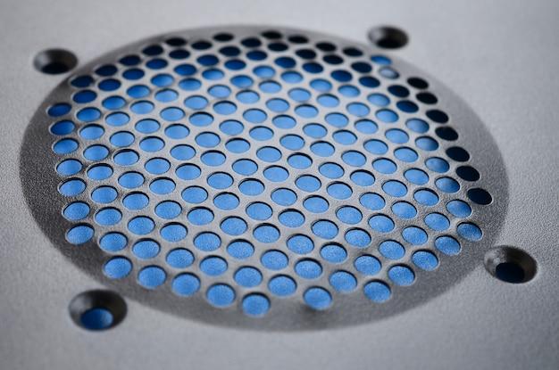 Gros plan, mise au point superficielle d'un panneau de refroidissement de style maillé utilisé sur un ordinateur à cadre principal.