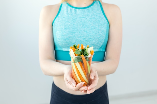 Gros plan, de, mode de vie sain, femme, tenue, légumes, intérieur