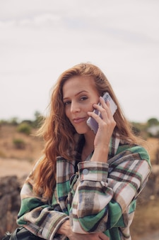 Gros plan d'un modèle de gingembre appelant avec un téléphone