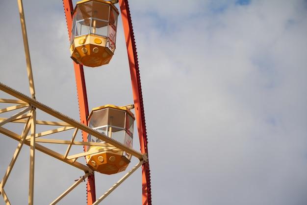 Gros plan moderne grande roue contre le ciel bleu et les nuages blancs, festival amusant