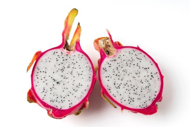 Gros plan de la moitié du fruit du dragon isolé sur fond blanc.