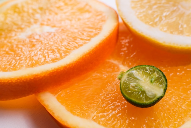Gros plan d'une moitié de petite mandarine verte juteuse.
