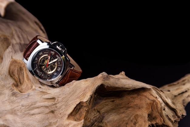 Gros plan d'une montre-bracelet homme de luxe