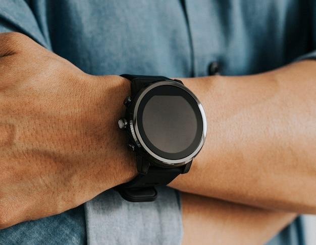 Gros plan d'une montre connectée au poignet d'un homme