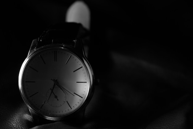 Gros plan de la montre élégante sur la table en cuir