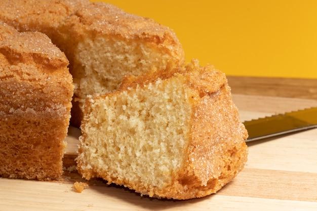Gros plan d'un morceau de gâteau au yaourt, mise au point sélective.