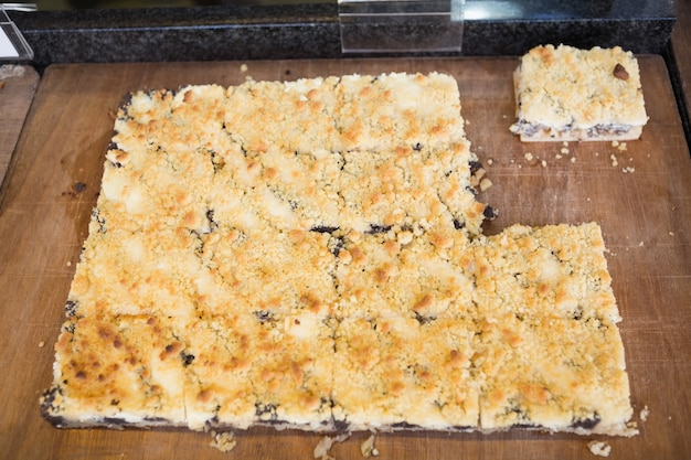 Gros plan d'un morceau de pâte avec des fruits