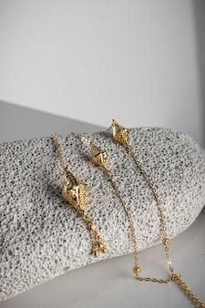 Gros plan de morceaux de bijoux en or coûteux dans un magasin