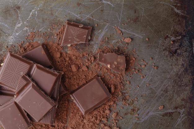 Gros plan des morceaux de chocolat sur fond de bois