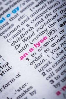 Gros plan sur le mot «analyser» dans la page de vocabulaire