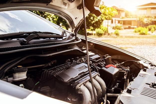 Gros plan sur un moteur de voiture garé dans un garage automobile