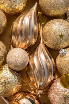 Gros plan sur le motif des décorations et des ornements de noël en or sur un fond d'or mise au point sélective