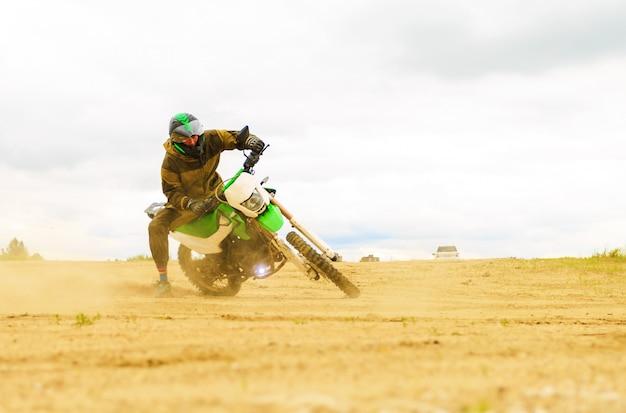 Gros plan, de, motocross montagne, dans, piste terre, dans, jour