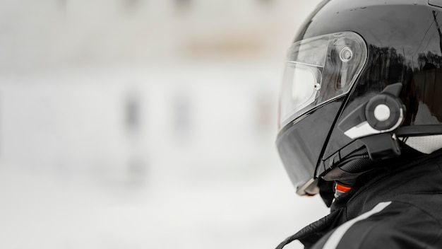 Gros plan motocycliste avec casque