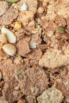 Gros plan de muesli de céréales de petit-déjeuner muesli éparpillées sur la bannière d'aliments sains de table