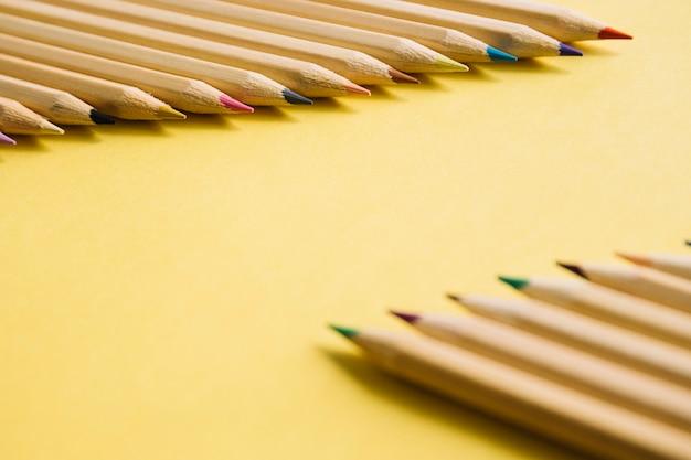 Gros plan, de, multi, couleur, crayons, sur, jaune, fond