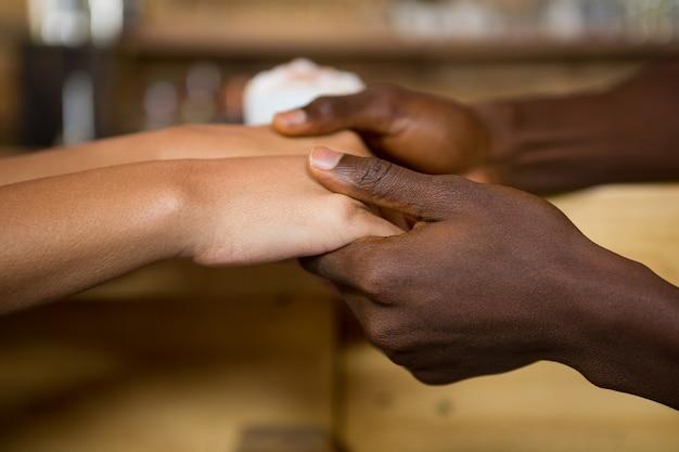 Gros plan, de, multi ethnique, couple, tenant mains