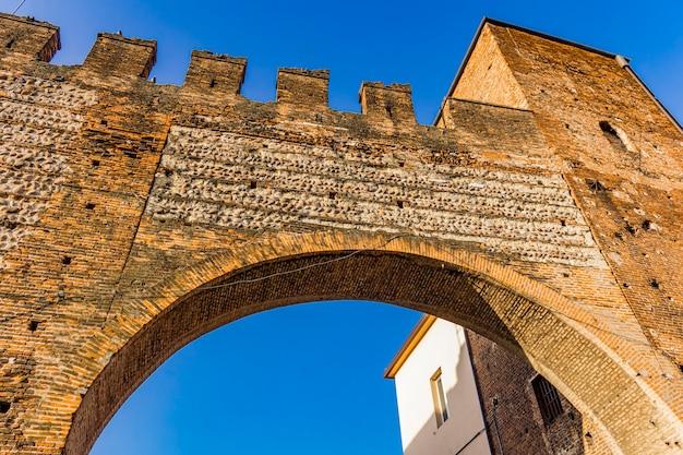 Gros plan des murs de la porte scaliger à vérone, italie