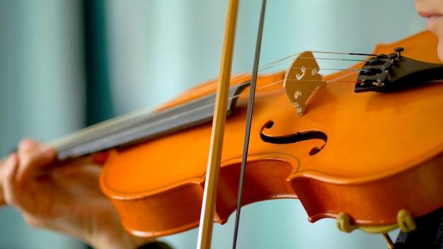 Gros plan d'un musicien jouant du violon