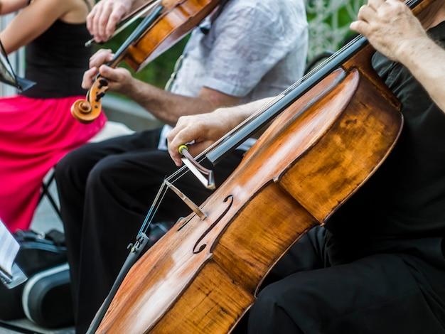 Gros plan, musicien rue, jouer, violon, instrument, jazz, musique, interprète