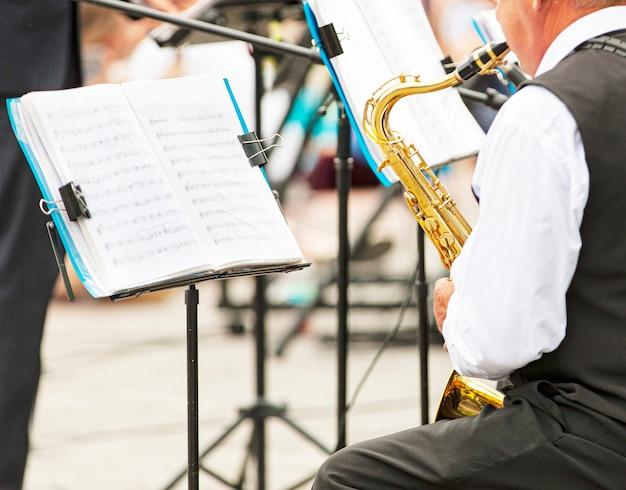 Le gros plan de musiciens jouant dans des vêtements d'extérieur dans la rue