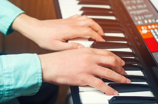 Gros plan, de, a, musique, interprète, main, jouer, piano, main homme, musique classique