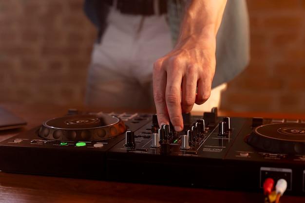 Gros plan de la musique mixant la main