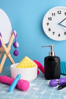 Gros plan sur le nettoyage des jouets sexuels