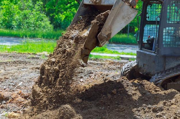Gros plan sur les niveaux de bulldozer de taille moyenne récemment déversés