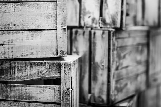 Gros plan en niveaux de gris de caisses en bois