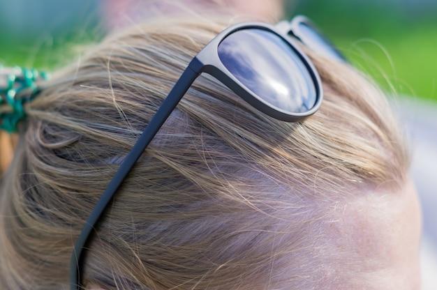 Gros plan, noir, lunettes soleil, front, de, jeune, femme blonde