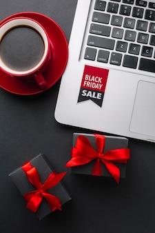 Gros plan noir vendredi remise avec macbook