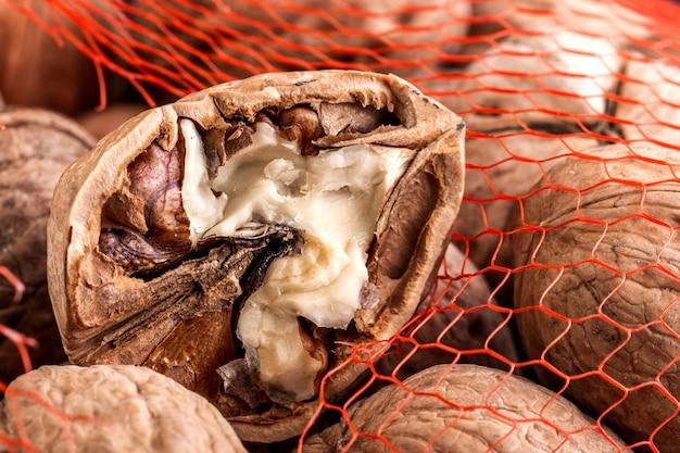 Gros plan de noix cassée sur un filet de noix