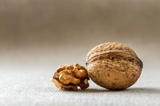 Gros plan, de, noix, dans, coquille bois, et, noyaux, isolé, sur, lumière, copie, espace, arrière-plan. concept d'aliments biologiques sains.